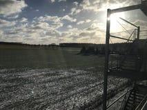 Красивый свет Солнце захода солнца и снег стоковое изображение rf