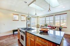 Красивый свет тонизирует столовую в современной комнате кухни Стоковое фото RF