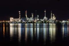 Красивый свет фабрики нефтеперерабатывающего предприятия Стоковое Изображение