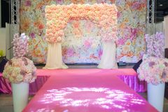 Красивый свод свадьбы на подиуме Стоковое Фото