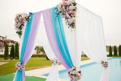 Красивый свод свадьбы настроил украшение на церемонии Стоковое фото RF