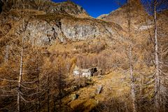 Красивый сезон осени горного села стоковое фото rf