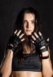 красивый сексуальный женский боксер или боец Muttahida Majlis-E-Amal нося черные перчатки на темной предпосылке Стоковые Фотографии RF