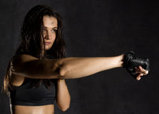 красивый сексуальный женский боксер или боец Muttahida Majlis-E-Amal нося черные перчатки на темной предпосылке Стоковая Фотография