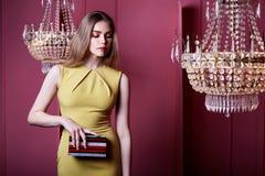 Красивый сексуальный милый непринужденный стиль платья цвета желтого цвета носки женщины стоковое изображение