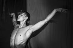 Красивый сексуальный нагой балет танцев человека без одежд Стоковое фото RF