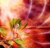 Красивый сексуальный pixie женщины на листьях Стоковое Фото
