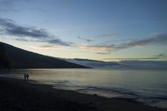 Красивый силуэт каникул захода солнца пляжа океана ноги  Стоковые Фотографии RF