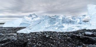 Красивый сияющий айсберг на пляже диаманта в Исландии стоковое фото