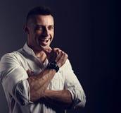 Красивый смеясь над бизнесмен смотря в белой рубашке стиля на g стоковая фотография rf