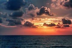Красивый сногсшибательный заход солнца на море, яркие естественные цвета, bac Стоковая Фотография RF