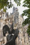 Красивый собор с в фронтом статуя стоковые фото