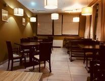 Красивый совершенно новый европейский ресторан внутри к центру города Таблицы и стулья паба бар-ресторана dehors на воздухе Стоковое Фото