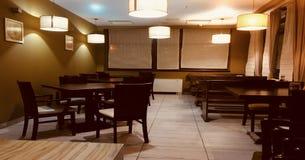 Красивый совершенно новый европейский ресторан внутри к центру города Таблицы и стулья паба бар-ресторана dehors на воздухе Стоковые Изображения