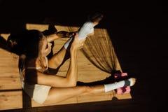 Красивый современный артист балета с совершенным телом сидит на поле в зале студии стоковая фотография rf