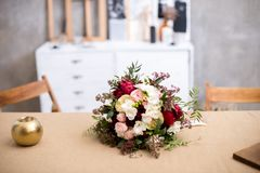 Красивый современный букет свадьбы на таблице Против серой стены Стоковая Фотография