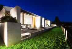 Красивый современный дом в цементе стоковое изображение rf