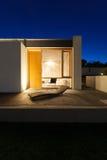 Красивый современный дом в цементе стоковое фото