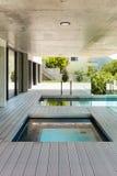 Красивый современный дом в цементе Стоковая Фотография