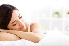 Красивый сон молодой женщины на кровати Стоковые Фото