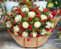 Красивый состав высушенных цветков луга с листьями, флористическая предпосылка букета осени стоковая фотография