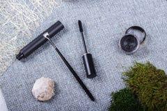 Красивый состав: профессиональные щетки макияжа и инструменты, декоративные элементы стоковое фото rf