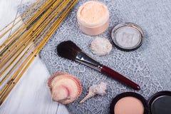 Красивый состав: профессиональные щетки макияжа, оборудование и декоративные элементы стоковое изображение