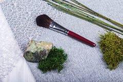 Красивый состав: профессиональные щетки макияжа, оборудование и декоративные элементы стоковые фото
