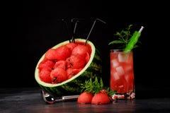 Красивый состав продуктов арбуза на черной предпосылке Красные ветроуловители арбуза и сладостный напиток ягоды Стоковые Изображения