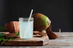 Красивый состав с стеклянным опарником воды кокоса Стоковые Фото