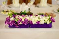 Красивый состав цветка на таблице свадьбы Стоковое Фото