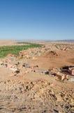 Красивый сочный зеленый оазис с зданиями и горами на ущелье Todra, Марокко, Северной Африке Стоковые Изображения