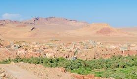Красивый сочный зеленый оазис с зданиями и горами на ущелье Todra, Марокко, Северной Африке Стоковое Изображение RF