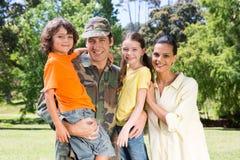 Красивый солдат воссоединенный с семьей стоковое фото