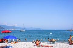 Красивый солнечный день на пляже Санты Margherita Ligure Стоковые Фотографии RF