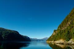 Красивый солнечный фьорд в Норвегии Стоковое фото RF