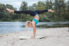 Красивый спортсмен девушки делая тренировки спорт Стоковые Изображения