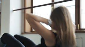 Красивый спортсмен девушки, одна работа подбрюшная в a сток-видео