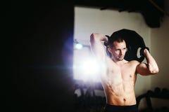 Красивый спортсмен с плитой веса Стоковое Изображение RF