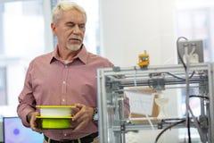 Красивый старший человек быть около изменить нить в принтере стоковая фотография rf
