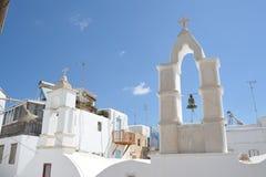 Красивый старый городок Mykonos, Греция Церковный колокол на верхней части малой церков стоковая фотография rf