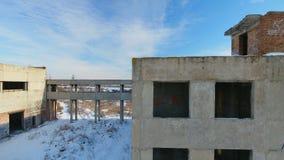 Красивый старый загубленный дом в зимнем времени видеоматериал