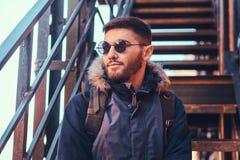 Красивый стильный молодой человек сидя на лестницах снаружи стоковые изображения rf