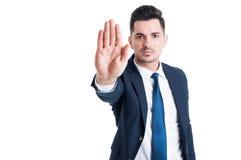 Красивый стоп показа человека продаж или жест пребывания стоковое изображение rf