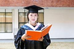 Красивый студент-выпускник женщины в школе Стоковые Фото
