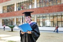 Красивый студент-выпускник женщины в школе Стоковое фото RF