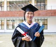 Красивый студент-выпускник женщины в школе Стоковая Фотография RF