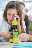 Красивый студент девушки работая на классе биологии Стоковое Фото