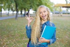 Красивый студент показывая ОДОБРЕННЫЙ знак Стоковые Изображения