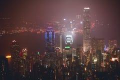 Красивый супер широкоформатный вид с воздуха лета горизонта острова Гонконга, гавани залива Виктории, с небоскребами, голубое неб Стоковое Изображение RF
